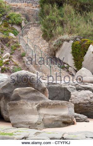 Ripidi scalini giù alla spiaggia di Praia dos Frades sulla Costa d'argento del Portogallo Foto Stock