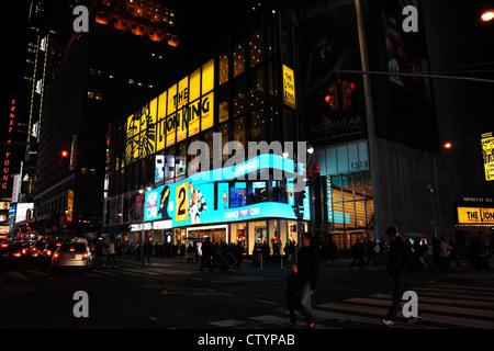 Blu notte Aeropostale neon store e Minskoff Theater, persone attraversando 7th Avenue a West 45th Street, Times Foto Stock