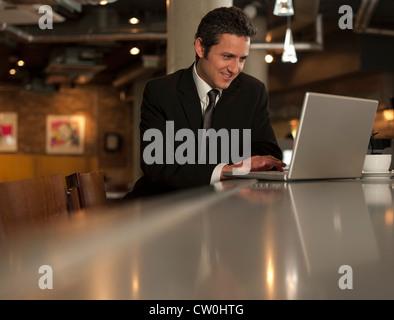 Imprenditore lavorando sul computer portatile in cafe