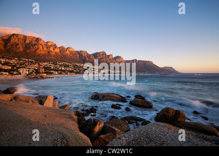 La spiaggia di Camps Bay con la vista dei dodici Apostoli mountain range.Cape Town.Sud Africa Foto Stock