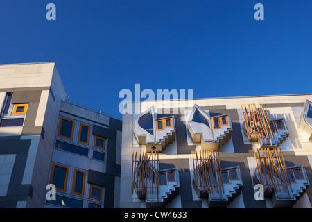 Esterno del nuovo edificio del parlamento scozzese, architetto Enric Miralles, Holyrood, Edimburgo, Scozia, Regno Unito Foto Stock