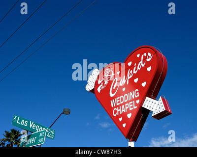 Cupido Wedding Chapel cuore rosso segno freccia al Neon di Las Vegas Blvd & Hoover Ave Via Segni Las Vegas Nevada Foto Stock