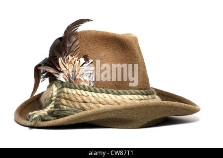 Vintage a caccia di lana hat decorate con piume su sfondo bianco Foto Stock 73691ee56e4c