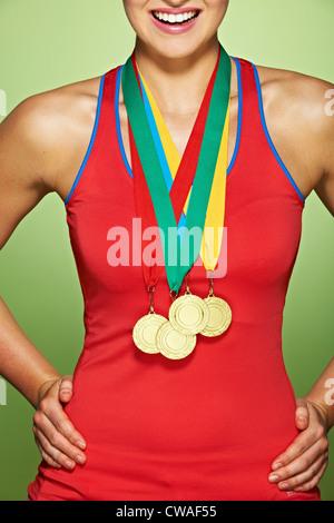 Giovane donna indossa medaglie Foto Stock