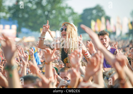 La folla godendo della musica dal vivo al V Festival di Hylands Park, Chelmsford Essex Foto Stock