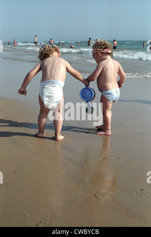 Bambino e bambina insieme giocando sulla spiaggia Foto Stock