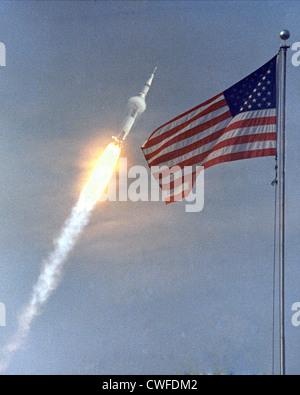 L'Apollo 11 Saturn V veicolo spaziale sollevata con gli astronauti Neil A. Armstrong, Michael Collins e Edwin E. Aldrin, Jr Luglio 16, 1969, dal Kennedy Space Center di complessi di lancio 39A in Florida. Durante la prevista otto giorni di missione, Armstrong e Aldrin scenderà in un modulo lunare alla superficie della luna mentre Collins orbite overhead in il modulo di comando. I due astronauti sono a spendere 22 ore sulla luna, comprese le due ore e mezza al di fuori del modulo lunare. Foto Stock