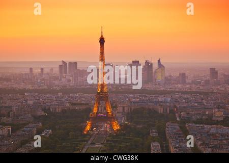 Skyline di Parigi al tramonto che mostra la Torre Eiffel e le aree circostanti Parigi Francia Europa dell'UE Foto Stock