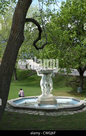 Un giovane uomo seduto su una fontana presso la McGill University di Montreal DEWITT KATHY Foto Stock