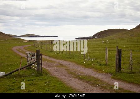 Sud ovest attraverso Bagh Sheigra con Seana Sgeir nell'alloggiamento. Vicino Sheigra da Kinlochbervie. Scozia Foto Stock