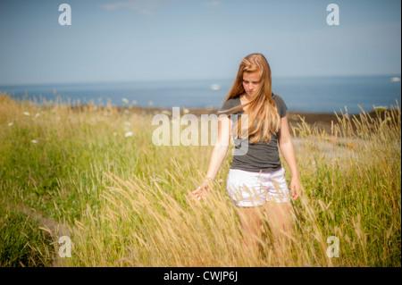 Donna bionda in vento spazzata di dune, Cape Elizabeth Maine USA Foto Stock