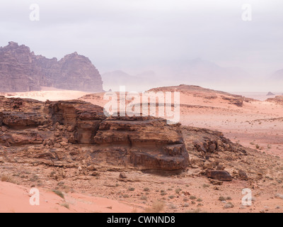Panorama dal Wadi Rum desert in Giordania mostrando rocce di sabbia di montagna e avvicinando tempesta di sabbia Foto Stock