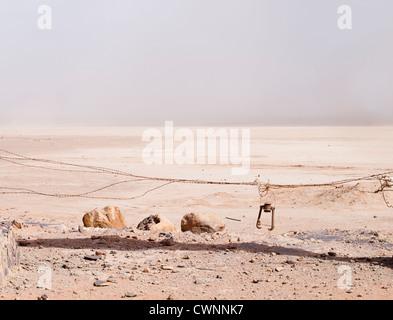 Tempesta di sabbia sull'orizzonte nel Wadi Rum il filo spinato apparentemente bloccando l'ingresso al nulla Foto Stock