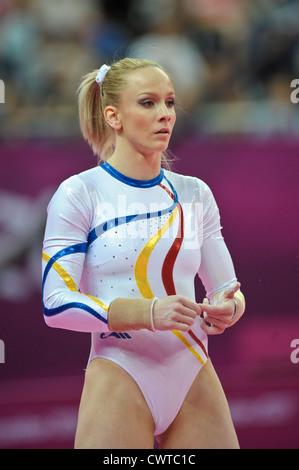 Le Olimpiadi di Londra 2012. Ginnastica Womens qualifiche 29.7.12. Arena di Greenwich. Sandra Raluca Izbasa Foto Stock