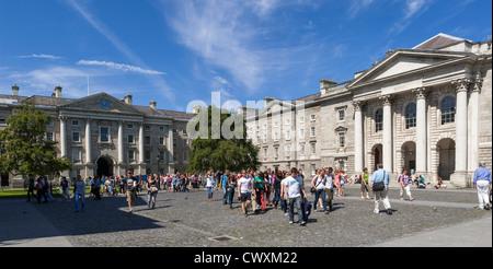 Gli studenti universitari nella motivazione del Trinity College di Dublino, Irlanda Foto Stock