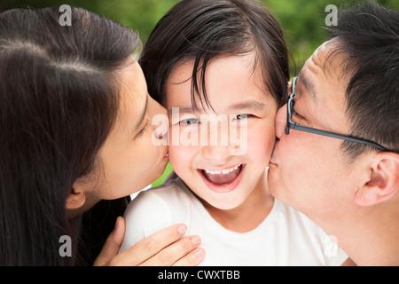 Felice famiglia asiatica nel baciare Foto Stock