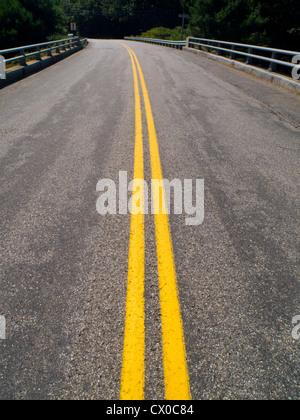 Svuotare bridge road Foto Stock