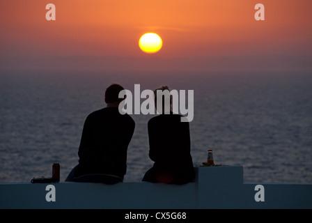 ALGARVE, Portogallo. Una giovane coppia stagliano dall'impostazione sun. 2012. Foto Stock