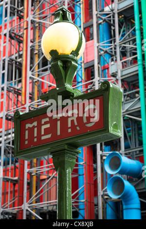 Con la metro o con la metropolitana, segno nel centro di Parigi vicino al Centro Pompidou e Les Amis du Musée Foto Stock