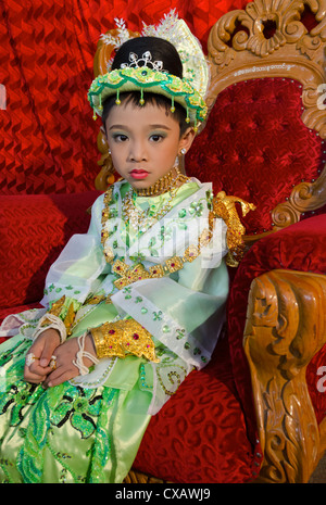 Giovane ragazzo in pausa durante la sua cerimonia noviciation, Taungyi, Stato Shan, Myanmar (Birmania), Asia Foto Stock