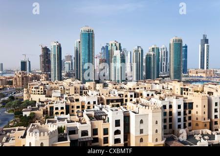 Skyline della città, vista in elevazione al di sopra del centro commerciale di Dubai e Burj Khalifa Park, Dubai, Emirati Arabi Uniti, Medio Oriente Foto Stock