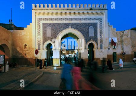 In piastrelle blu archway del Bab Bou Jeloud city gate per la medina di Fez, Medio Atlante in Marocco Foto Stock