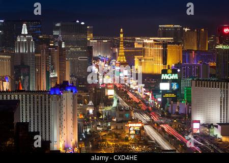 Vista in elevazione degli alberghi e dei casinò lungo la striscia al crepuscolo, Las Vegas, Nevada, Stati Uniti Foto Stock