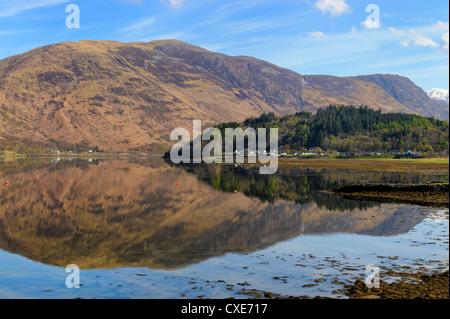 Loch Leven riflessioni, Glencoe village, Highlands scozzesi, Scozia Foto Stock