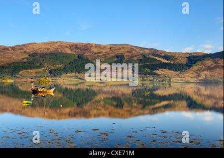 Loch Leven riflessioni, Glencoe village, Highlands, Scotland, Regno Unito, Europa Foto Stock