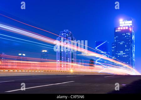 Sentieri di luce sull'autostrada Foto Stock