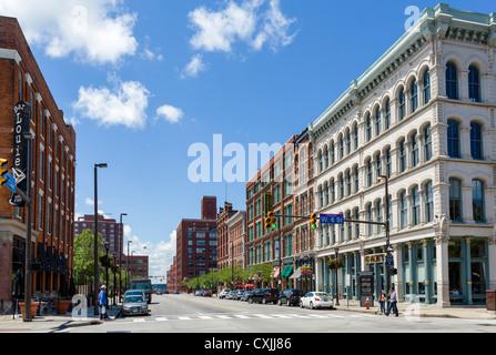 L'intersezione di St Clair Ave e W 6 St con il blocco Hoyt a destra, Warehouse District, Cleveland, Ohio, Stati Foto Stock