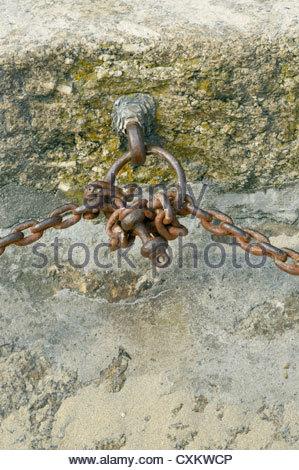 Anello di ferro e catene collegate ai seguenti luoghi di interesse: Smeatons Pier, St Ives, Cornwall, Inghilterra Foto Stock