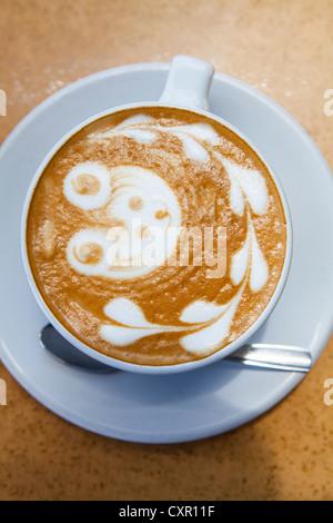 Orsacchiotto di peluche e di cuore le forme in schiuma di caffè Foto Stock