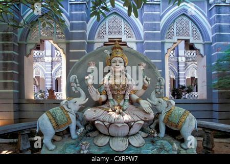 Laxmi o Lakshmi, dea Indù in piedi per la felicità, bellezza, armonia e prosperità, fiancheggiata da due elefanti, Foto Stock