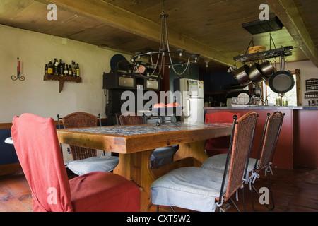 Vecchi tavoli e sedie in legno. Rustici mobili da giardino Foto & Immagine Stock: 17605114 - Alamy