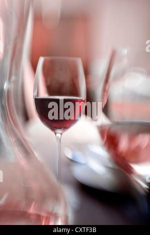 Vista offuscata di bicchieri di vino Foto Stock