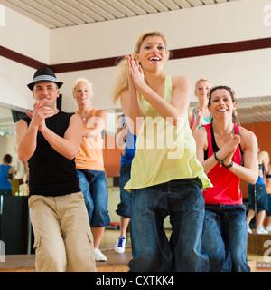 Zumba o Jazzdance - giovani ballare in uno studio o una palestra facendo sport o praticare un numero di ballo Foto Stock