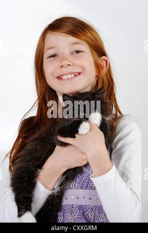 Ragazza con un giovane cat Foto Stock