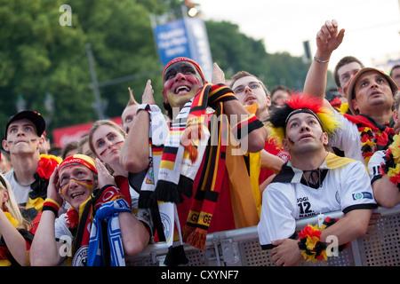Ventilatori in Euro 2012 pubblico visualizzazione evento sul 'Berlin ventilatore miglia' guardando i quarti di finale Foto Stock