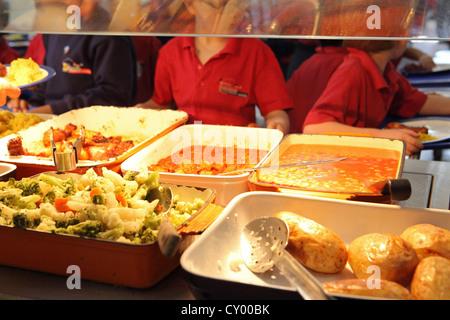 La scuola primaria a pranzo, mensa scolastica coda, cena di scuola di Londra, Regno Unito Foto Stock