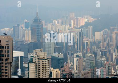 Lo smog oltre i grattacieli nel distretto centrale di Hong Kong, Cina, Asia Foto Stock