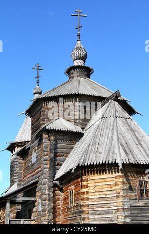 In legno chiesa ortodossa oltre il cielo blu Foto Stock