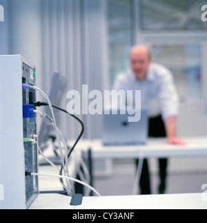 La gente di affari del centro dati del centro di controllo uomo licenza gratuita ad eccezione di annunci e cartelloni per esterni