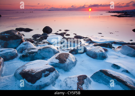 Costiera paesaggio invernale al tramonto, a Larkollen in Rygge kommune, Østfold fylke, Norvegia. Foto Stock