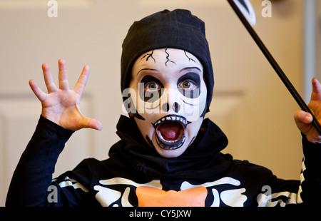 Faccia di Halloween , un giovane bambino con il volto dipinto , faccia spaventoso halloween ,costumi per bambini, costume di halloween idee , i ragazzi costumi di halloween .