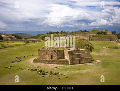 Monte Alban plaza come visto da sud la piattaforma, Oaxaca, Messico Foto Stock