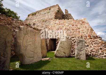 Grandi sculture in pietra del danzantes en Monte Alban, oaxaca, Messico Foto Stock