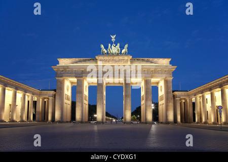 La porta di Brandeburgo a Berlino la notte Foto Stock
