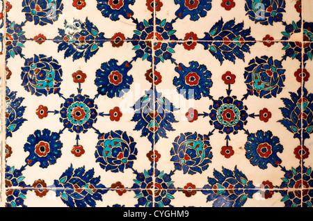 Fiori stilizzati motivi su piastrelle di iznik in rustem pasa