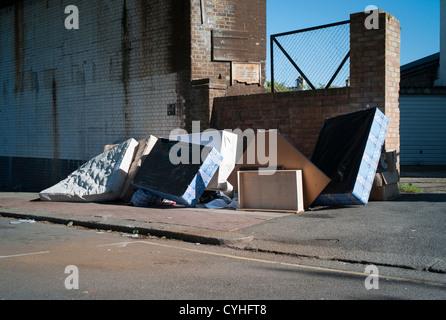 Volare il ribaltamento di vecchi letti e materassi sul marciapiede a Brent Cross, Golders Green, Londra. Foto Stock
